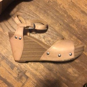 📦 Sale‼️ Lucky Brand soft peach wedge heels US 6